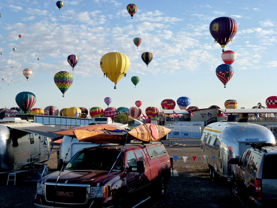 Click image for larger version  Name:P1000104 kayaks_as_balloons-s.jpg Views:103 Size:165.0 KB ID:141677