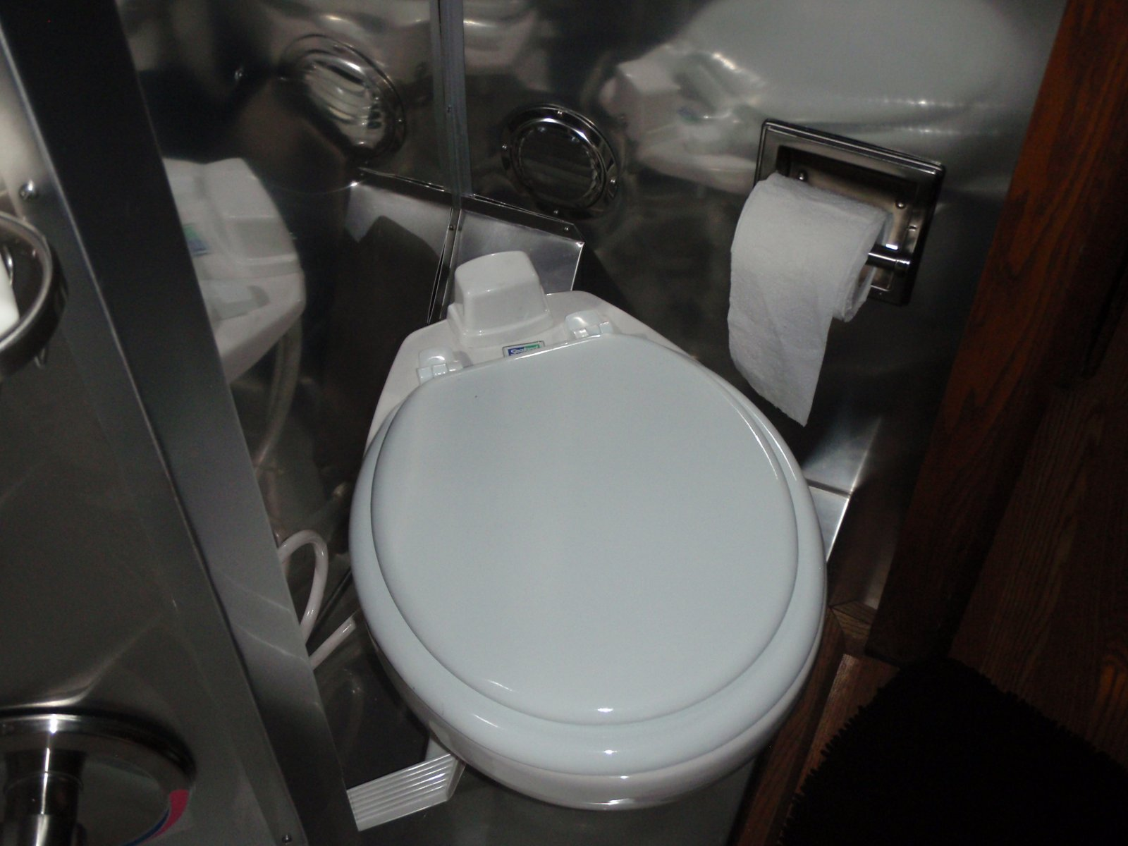 Click image for larger version  Name:Toilet (1).jpg Views:152 Size:172.1 KB ID:158310