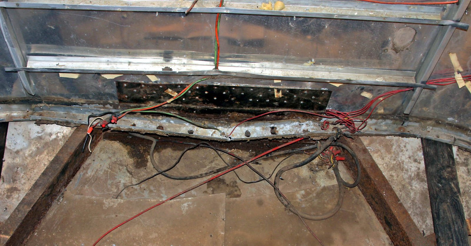 Click image for larger version  Name:front 12V wiring mess.jpg Views:76 Size:278.8 KB ID:180394