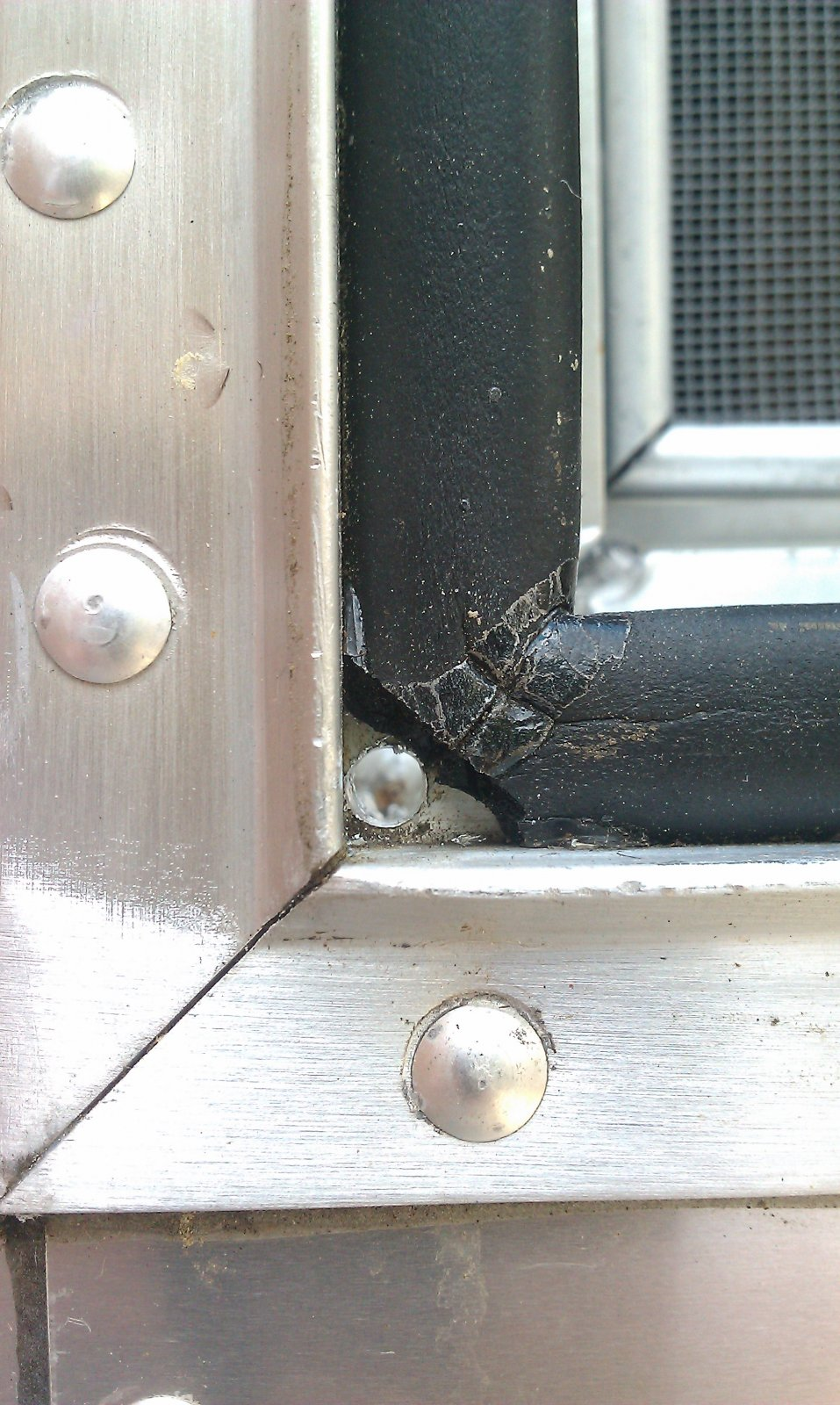 Click image for larger version  Name:rear window drain.jpg Views:161 Size:287.5 KB ID:204405