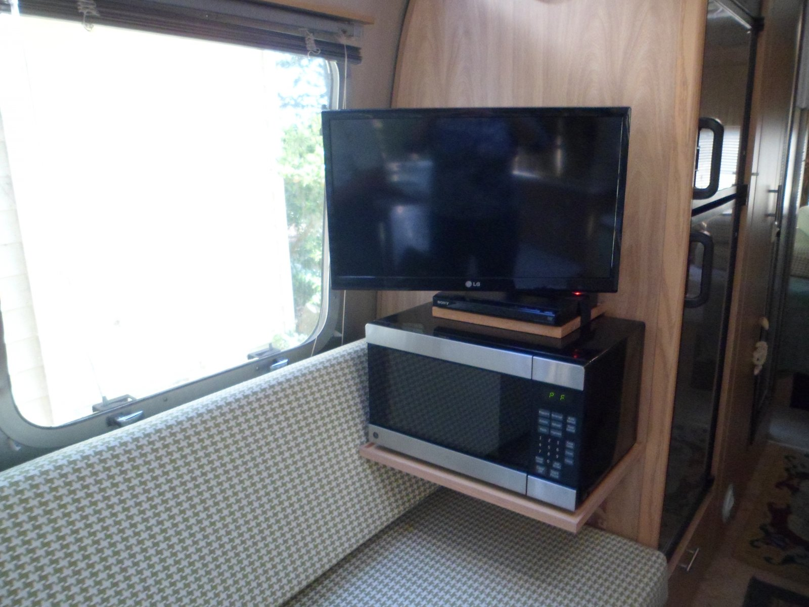 Click image for larger version  Name:Airstream Microwave 4-27-2014 001.jpg Views:148 Size:244.9 KB ID:215861