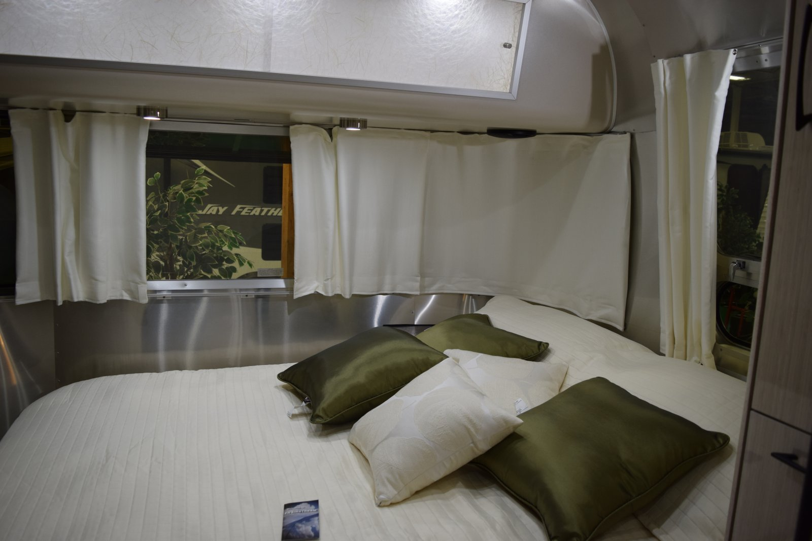 Click image for larger version  Name:Airstream bedroom.jpg Views:69 Size:158.7 KB ID:244718
