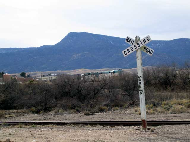 Click image for larger version  Name:santa fe rr crossing.jpg Views:63 Size:50.7 KB ID:32732