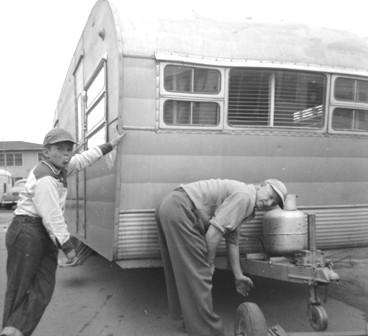 Click image for larger version  Name:1952...Roger &  Dad...trailer.jpg Views:71 Size:27.4 KB ID:41650