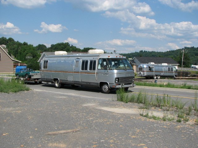 Click image for larger version  Name:Two motorhomes!.jpg Views:59 Size:71.7 KB ID:41855