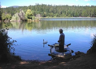 Click image for larger version  Name:Don feeding the Swan.jpg Views:95 Size:333.8 KB ID:65275