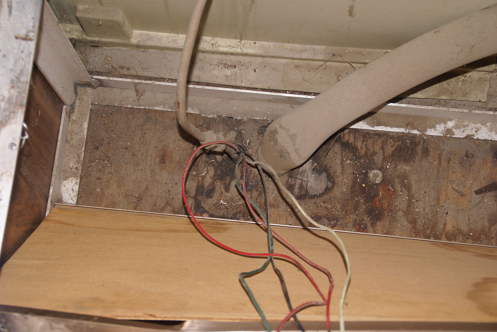 Click image for larger version  Name:Mystery-Wires-1-DSC00523-sm.jpg Views:196 Size:305.0 KB ID:65806