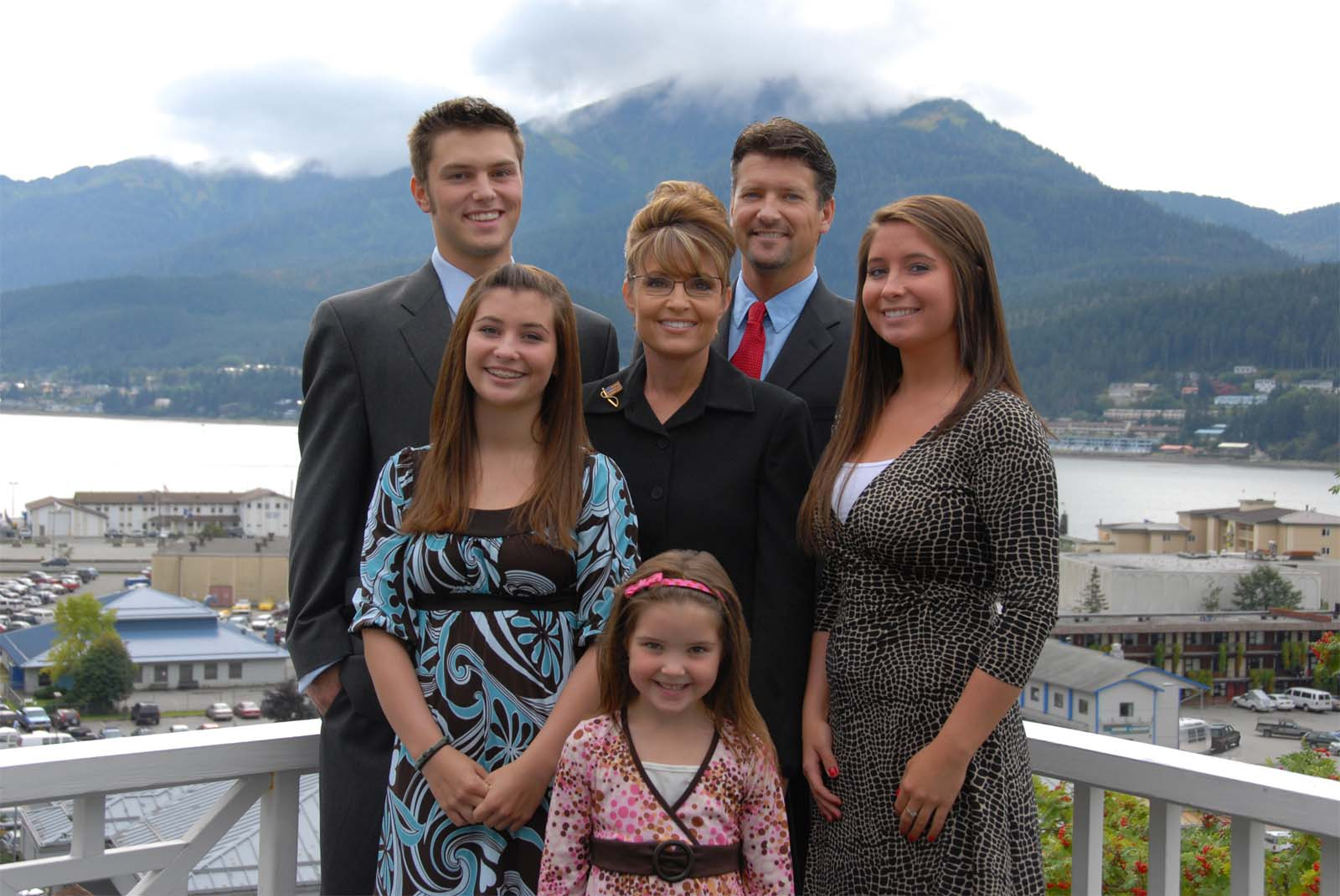 Click image for larger version  Name:palin family airstream.jpg Views:239 Size:181.3 KB ID:67220