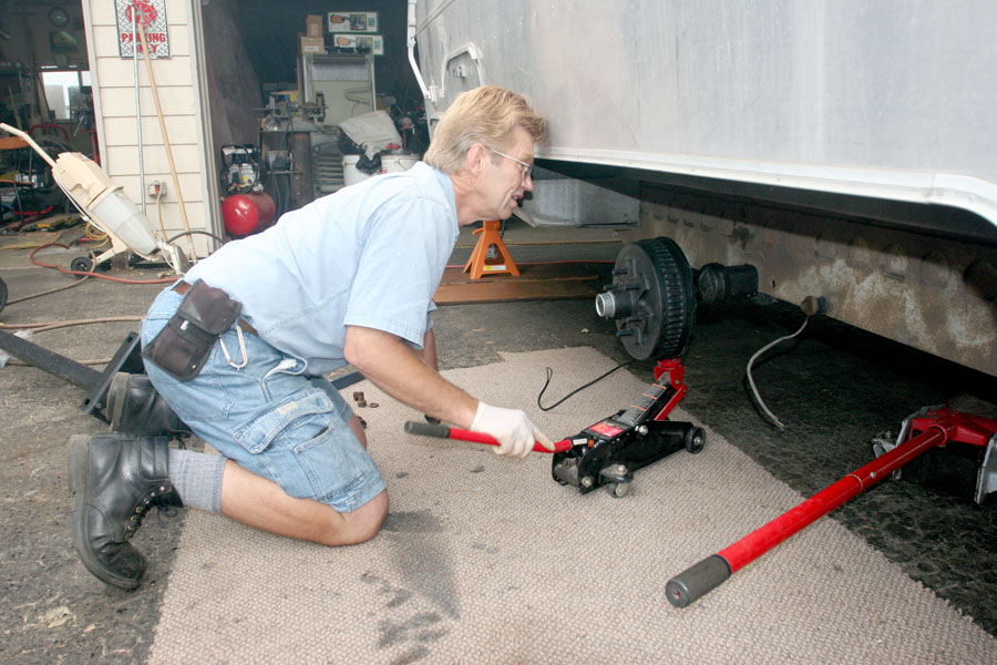 Click image for larger version  Name:IMG_9962 leveling the axle-s.jpg Views:187 Size:170.7 KB ID:86179