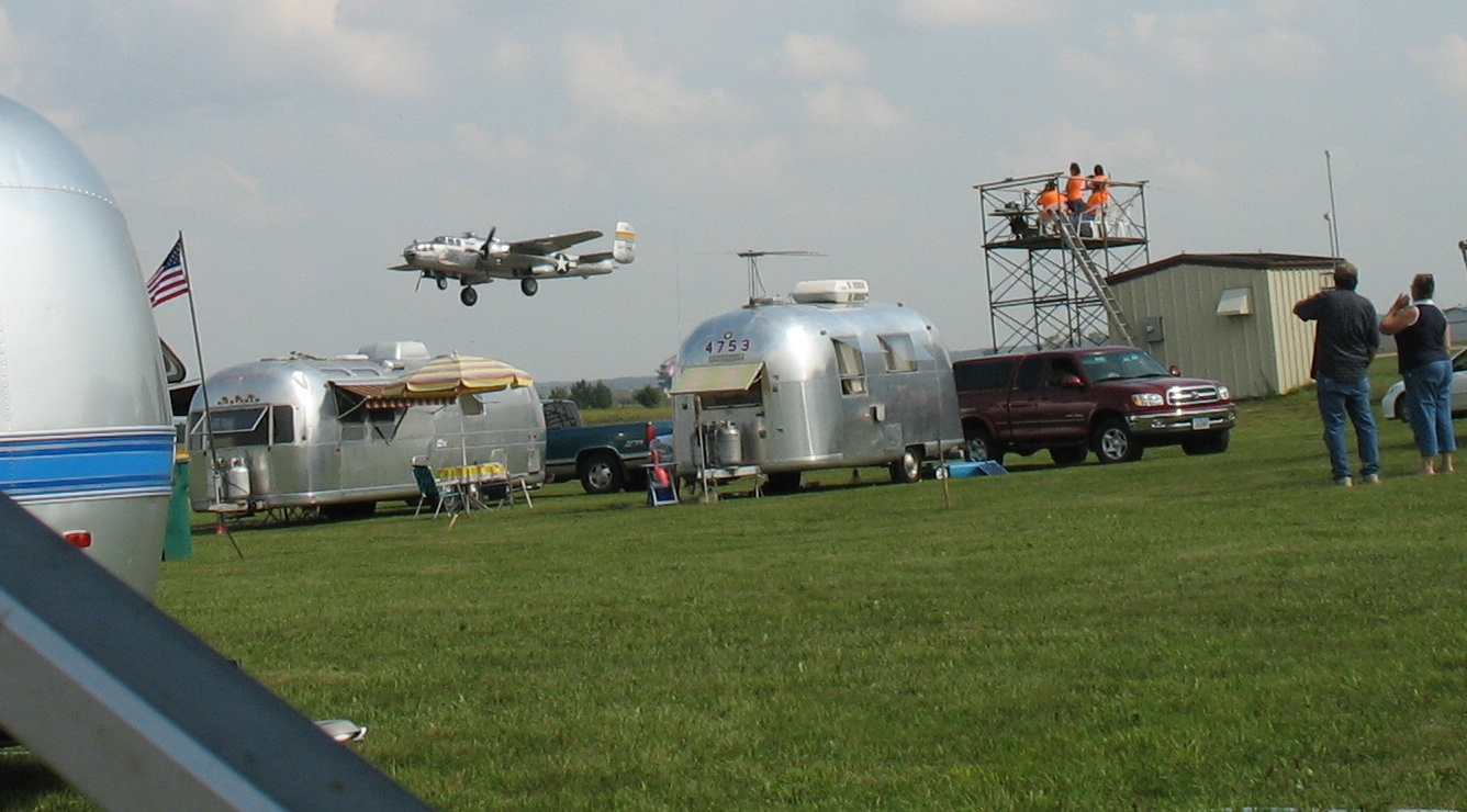 Click image for larger version  Name:B-25_over_Airstreams.jpg Views:91 Size:312.4 KB ID:87772